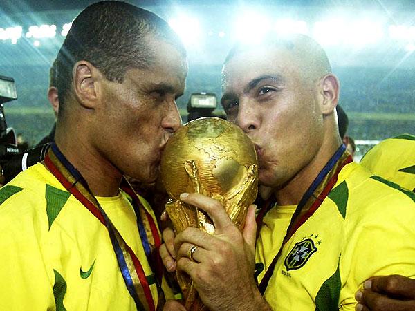 rivaldo-y-ronaldo-besando-la-copa-del-mundo